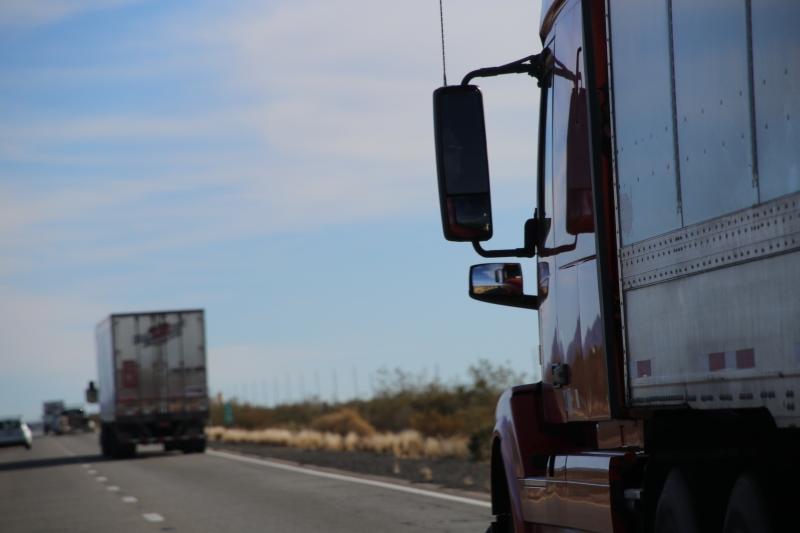 Foto de dos vehículos de transporte de carga en carretera