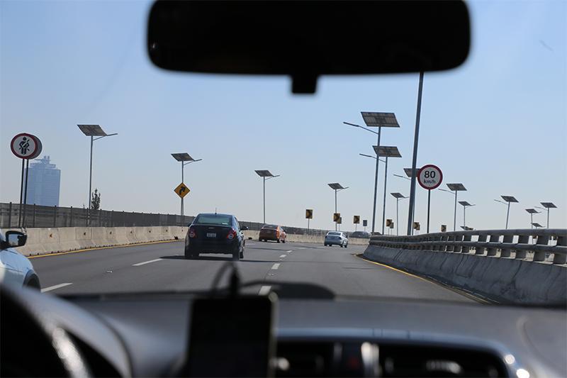 Fotografía de vehículo en vía rápida