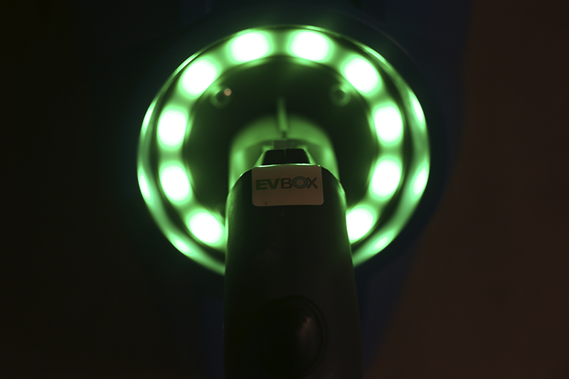 Fotografía de una estación de carga para vehículos eléctricos