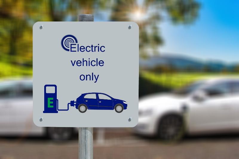 Fotografía de estacionamiento para auto eléctrico