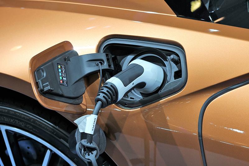 Fotografía de toma de corriente de auto eléctrico